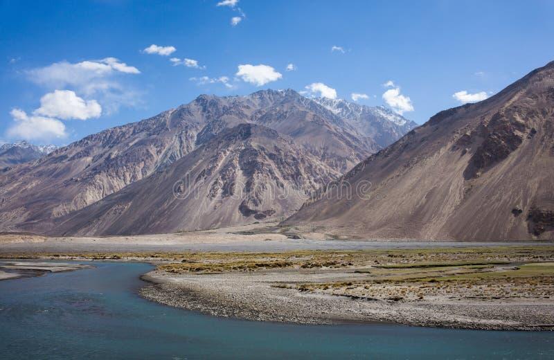 Rabatowa rzeczna Panj rzeka w Wakhan dolinie z Tajikistan i Afganistan, Piękna sceneria wzdłuż Roa fotografia royalty free