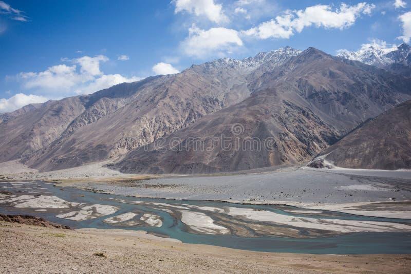 Rabatowa rzeczna Panj rzeka w Wakhan dolinie z Tajikistan i Afganistan, Piękna sceneria wzdłuż Roa zdjęcia royalty free
