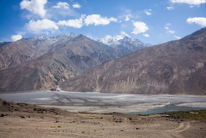 Rabatowa rzeczna Panj rzeka w Wakhan dolinie z Tajikistan i Afganistan, Piękna sceneria wzdłuż Roa obraz stock