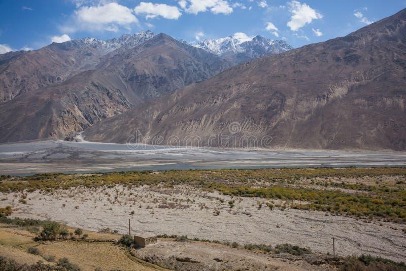 Rabatowa rzeczna Panj rzeka w Wakhan dolinie z Tajikistan i Afganistan, Piękna sceneria wzdłuż Roa zdjęcie royalty free