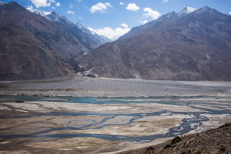 Rabatowa rzeczna Panj rzeka w Wakhan dolinie z Tajikistan i Afganistan, Piękna sceneria wzdłuż Roa obraz royalty free