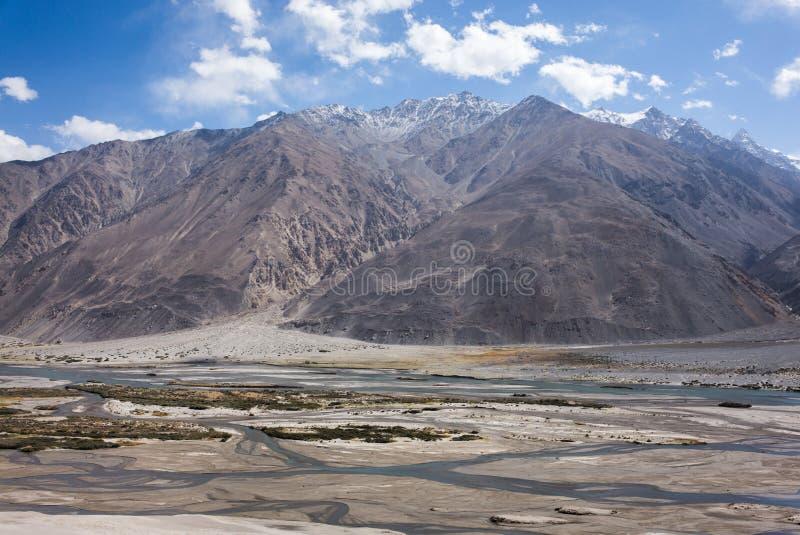 Rabatowa rzeczna Panj rzeka w Wakhan dolinie z Tajikistan i Afganistan, Piękna sceneria wzdłuż Roa obrazy royalty free
