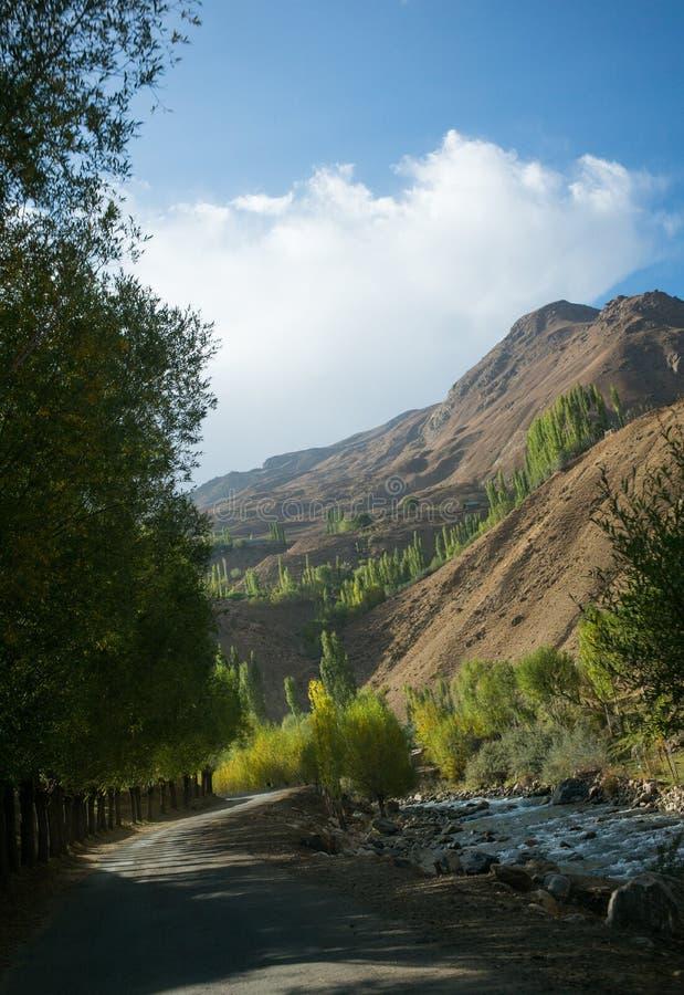 Rabatowa rzeczna Panj rzeka w Wakhan dolinie z Tajikistan i Afganistan Wycieczka samochodowa na Pamir autostradzie, Taji zdjęcia royalty free