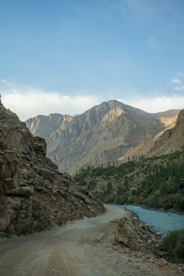 Rabatowa rzeczna Panj rzeka w Wakhan dolinie z Tajikistan i Afganistan, wycieczka samochodowa na Pamir autostradzie, Taji fotografia royalty free