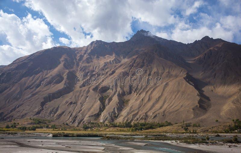 Rabatowa rzeczna Panj rzeka w Wakhan dolinie z Tajikistan i Afganistan, wycieczka samochodowa na Pamir autostradzie, Taji obraz stock