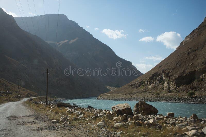 Rabatowa rzeczna Panj rzeka w Wakhan dolinie z Tajikistan i Afganistan Wycieczka samochodowa na Pamir autostradzie, Taji zdjęcia stock