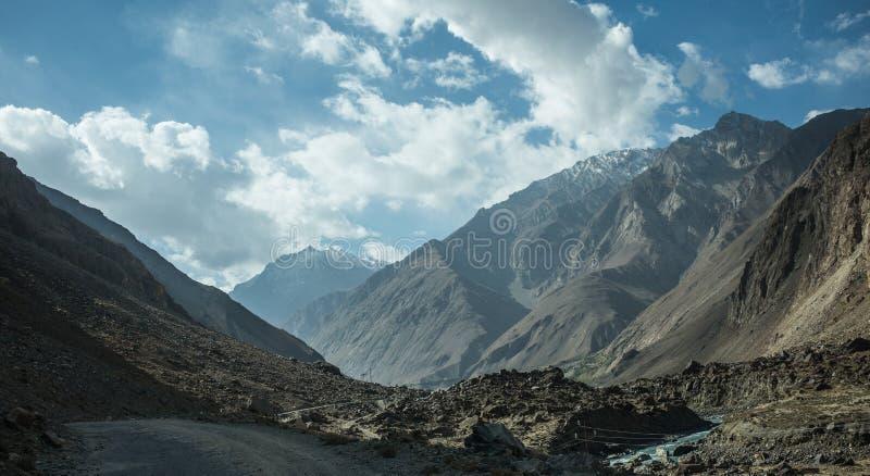 Rabatowa rzeczna Panj rzeka w Wakhan dolinie z Tajikistan i Afganistan Wycieczka samochodowa na Pamir autostradzie, Taji fotografia royalty free