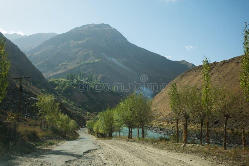 Rabatowa rzeczna Panj rzeka w Wakhan dolinie z Tajikistan i Afganistan Wycieczka samochodowa na Pamir autostradzie, Taji obrazy royalty free