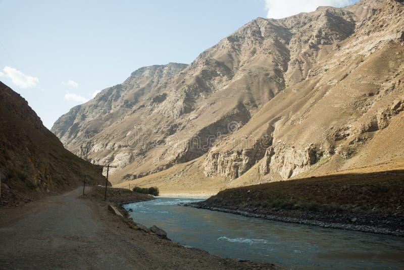 Rabatowa rzeczna Panj rzeka w Wakhan dolinie z Tajikistan i Afganistan Wycieczka samochodowa na Pamir autostradzie, Taji fotografia stock