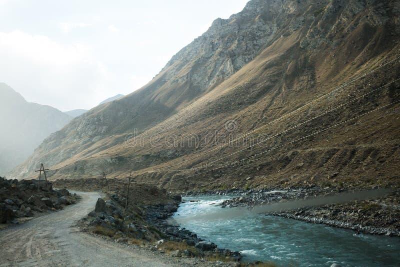 Rabatowa rzeczna Panj rzeka w Wakhan dolinie z Tajikistan i Afganistan Wycieczka samochodowa na Pamir autostradzie, Taji obraz royalty free