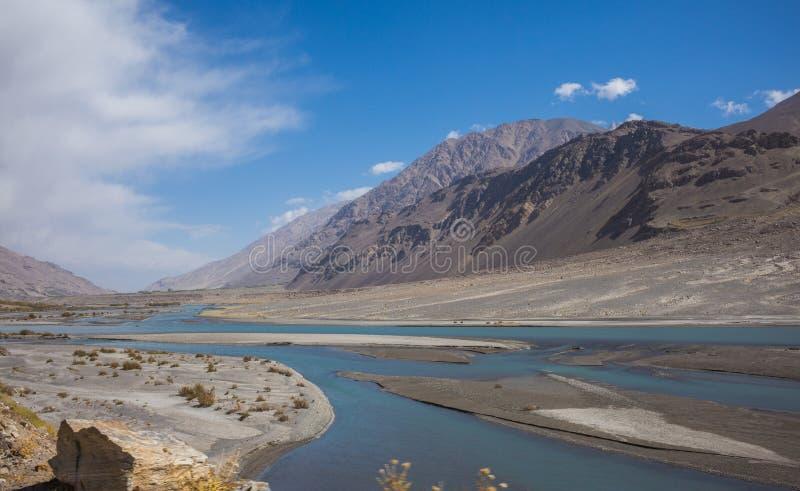 Rabatowa rzeczna Panj rzeka w Wakhan dolinie z Tajikistan i Afganistan, wycieczka samochodowa na Pamir autostradzie, Taji zdjęcia royalty free