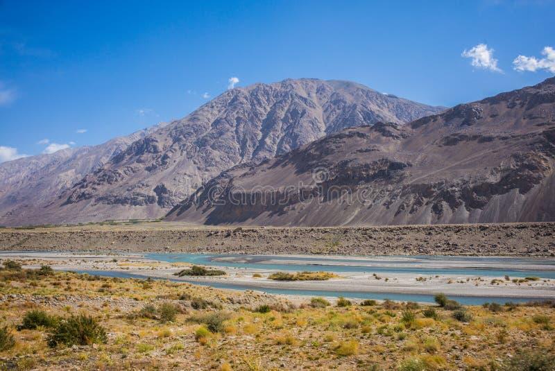 Rabatowa rzeczna Panj rzeka w Wakhan dolinie z Tajikistan i Afganistan, wycieczka samochodowa na Pamir autostradzie, Taji fotografia stock