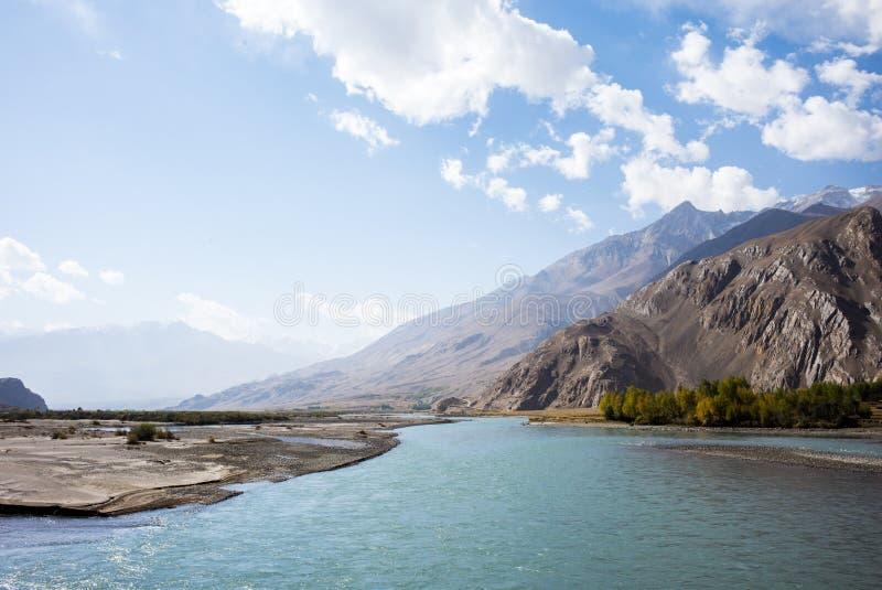 Rabatowa rzeczna Panj rzeka w Wakhan dolinie z Tajikistan i Afganistan, wycieczka samochodowa na Pamir autostradzie, Taji zdjęcie royalty free