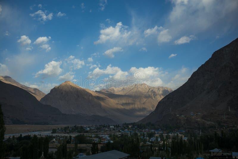 Rabatowa rzeczna Panj rzeka w Wakhan dolinie z Tajikistan i Afghanistanï¼ å'Road my potykamy się na Pamir autostradzie, Taji obrazy stock