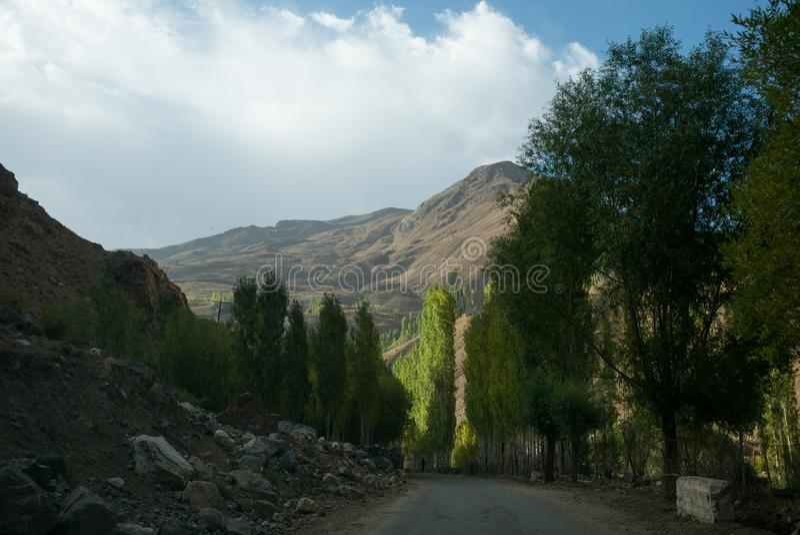 Rabatowa rzeczna Panj rzeka w Wakhan dolinie z Tajikistan i Afghanistanï ¼ ŒRoad my potykamy się na Pamir autostradzie, Taji fotografia stock