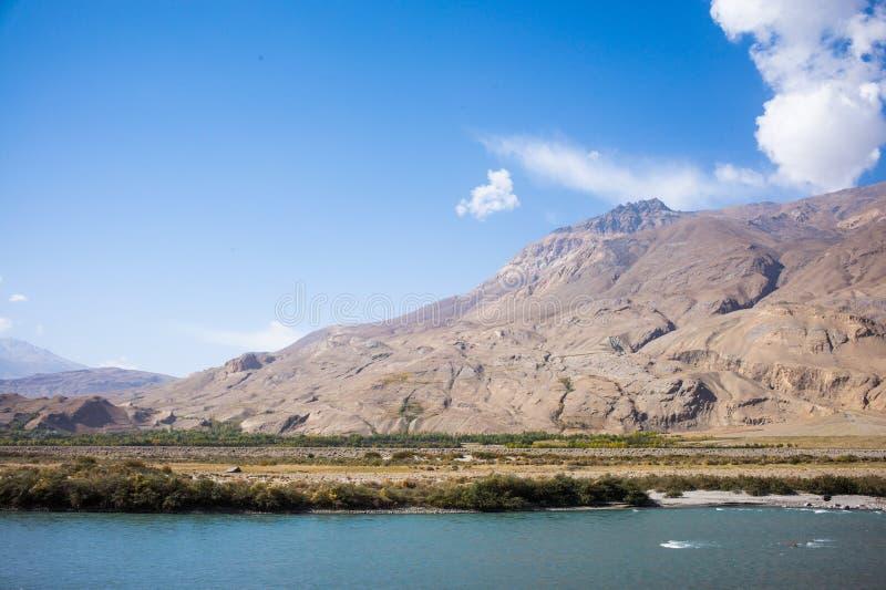 Rabatowa rzeczna Panj rzeka w Wakhan dolinie z Tajikistan i Afghanistanï ¼ ŒRoad my potykamy się na Pamir autostradzie, Taji zdjęcia royalty free