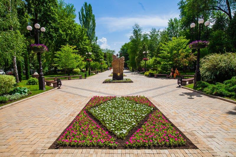 Rabatt och dekorativ staty i stads- offentligt ställe i Donetsk royaltyfri fotografi