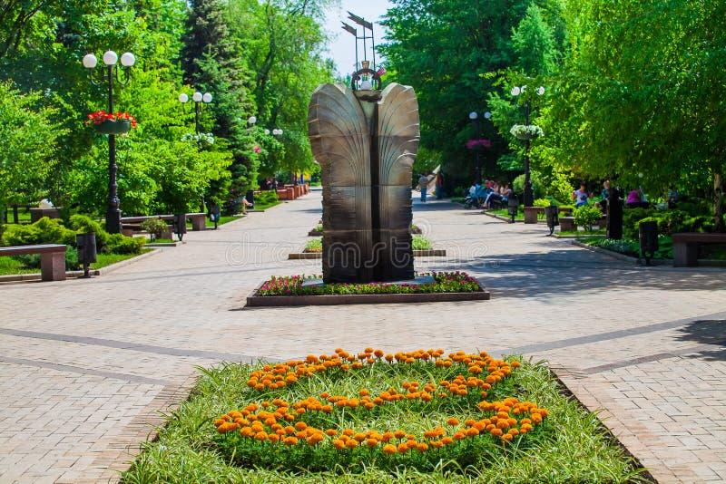 Rabatt och dekorativ staty i stads- offentligt st?lle i Donetsk royaltyfria bilder