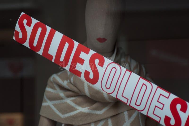 Rabattzeichen 'SOLDES 'auf Französisch auf Fenster im französischen Modespeicherausstellungsraum lizenzfreies stockfoto