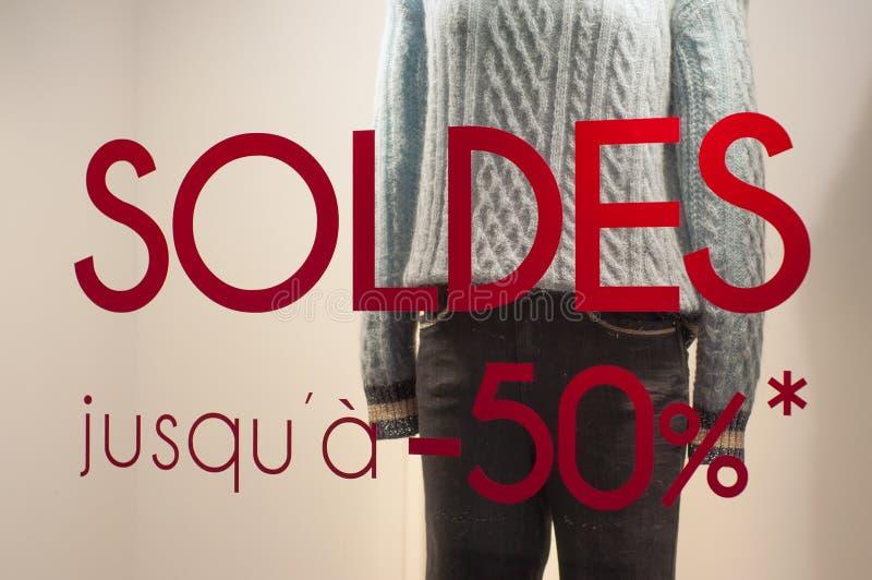Rabattzeichen 'SOLDES-jusqu 'a 50% 'auf Französisch, den Traduction von Verkäufen bis 50% auf Fenster im französischen Modespeich stockbilder
