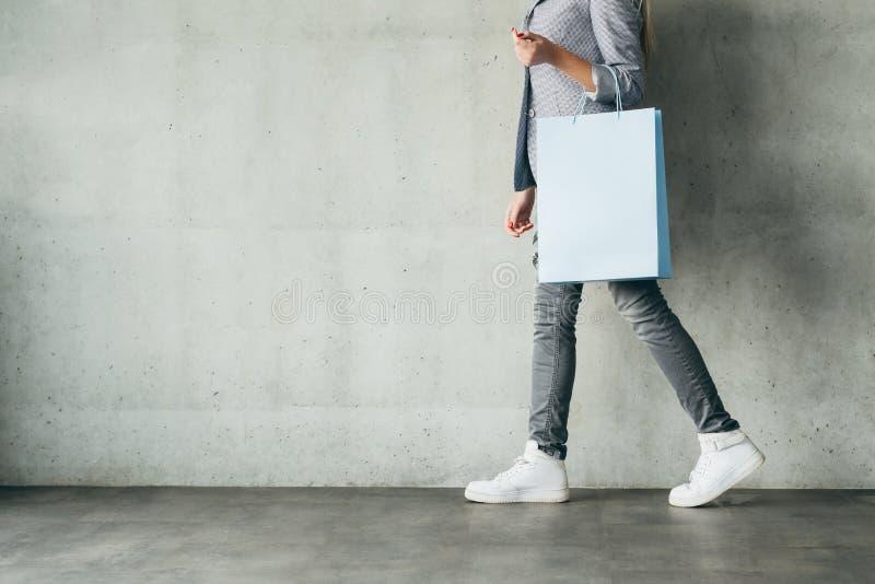 Rabaty robi zakupy wydatki kobiety mienia torbę zdjęcia royalty free