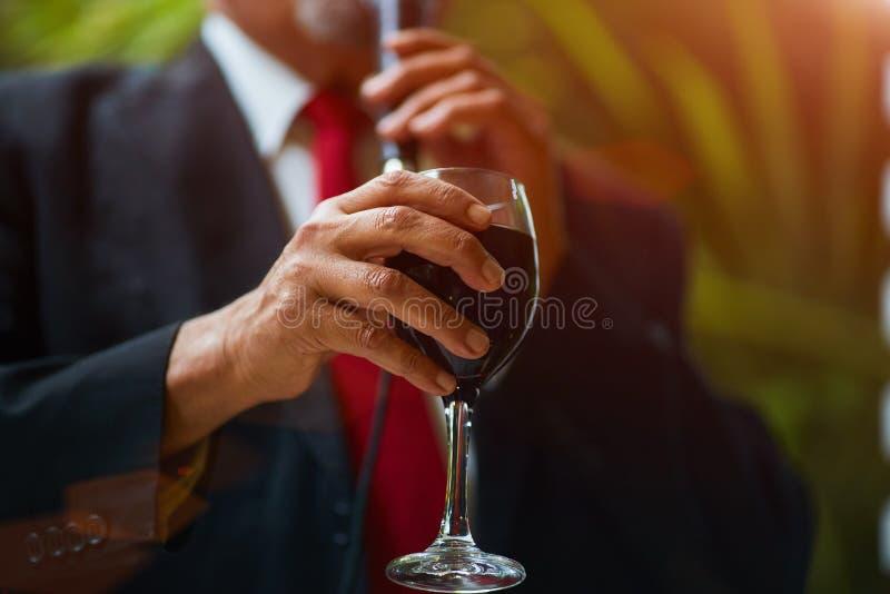 Rabbiner an der Hochzeit hebt ein Glas Wein an stockfoto