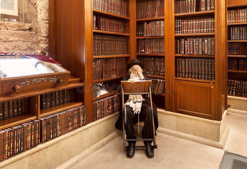 Rabbiner und Heilige Schriften in der Synagoge lizenzfreie stockbilder