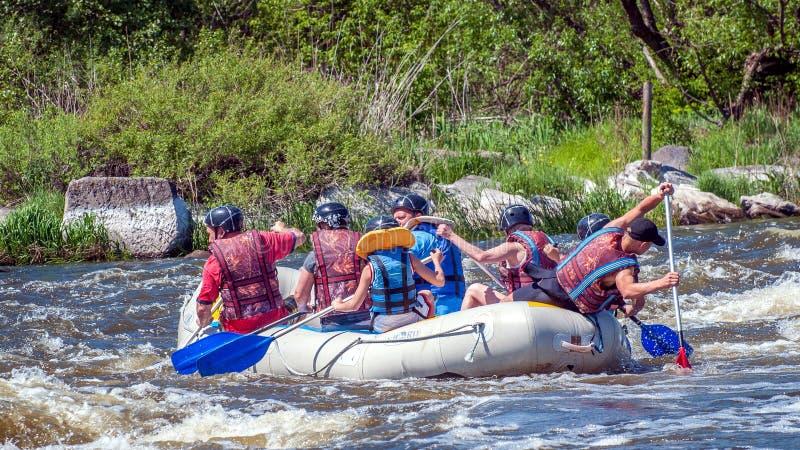rabbiting Den gladlynta grupp människor seglar på ett rubber uppblåsbart fartyg Teamwork extremt ekologisk turism arkivfoto