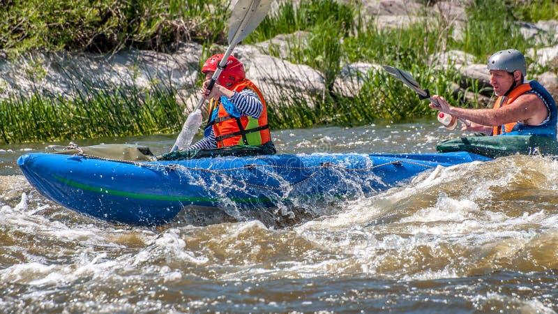 rabbiting Ung gift parsegling på ett rubber uppblåsbart fartyg i en stormig ström av vatten Vatten plaskar närbild fotografering för bildbyråer