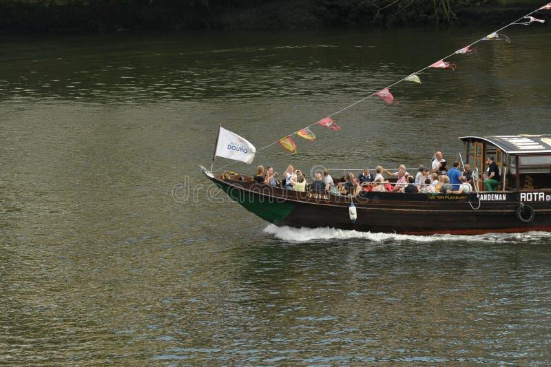 Rabelo łódź z turists przy Douro rzeką obraz royalty free