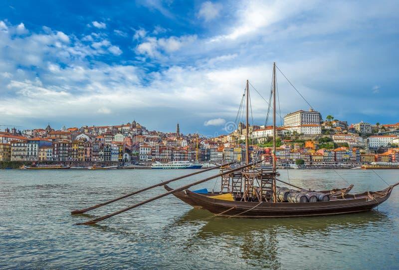Rabelo, barca tradizionale con i barilotti di vino a Oporto, Portogallo immagine stock