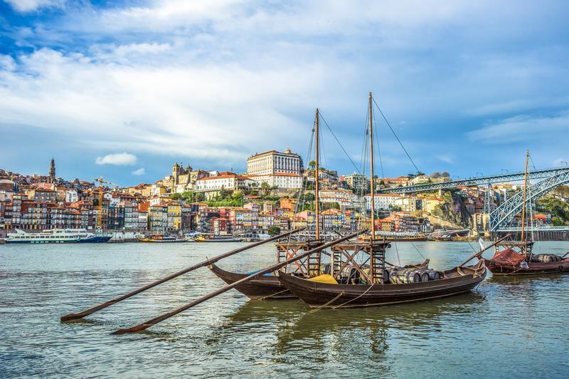 Rabelo, bateau traditionnel avec des barils de vin à Porto, Portugal image stock