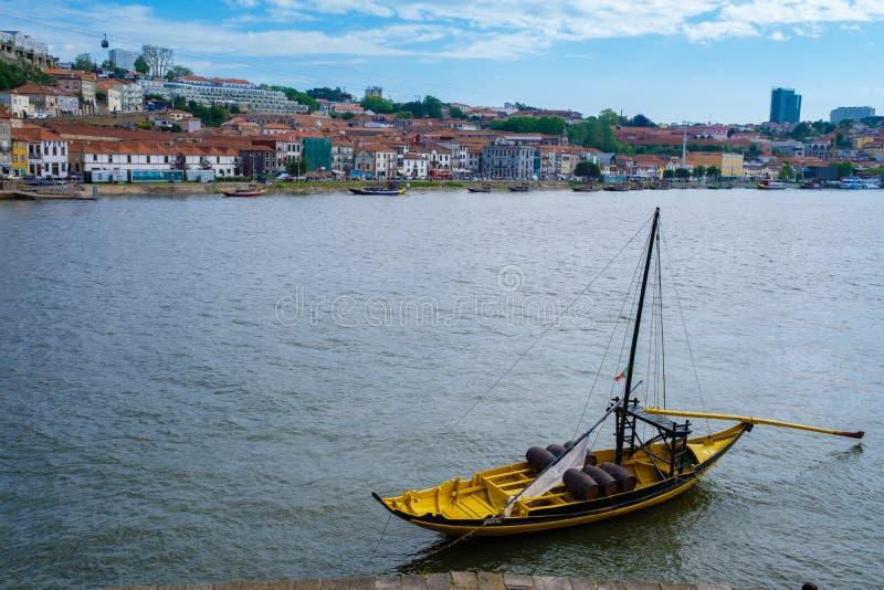Rabelo fartyg, traditionell transport för portvin på den Douro floden, med autentisk Ribeira områdessikt, Porto, Portugal royaltyfria bilder
