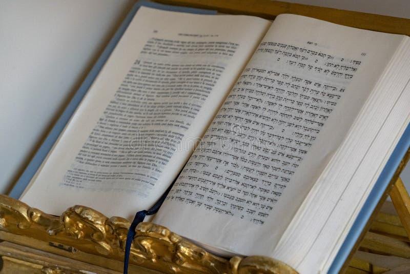 Rabinu książkowy dwujęzyczny obraz stock
