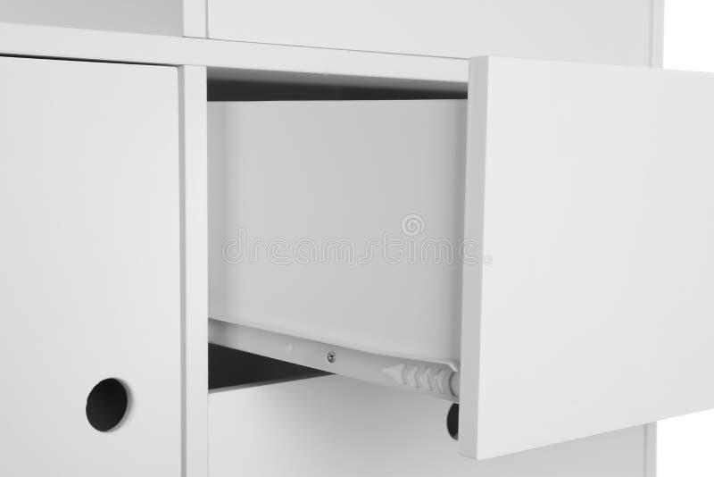 Raboteuse élégante avec le tiroir ouvert sur le fond blanc, plan rapproché images stock