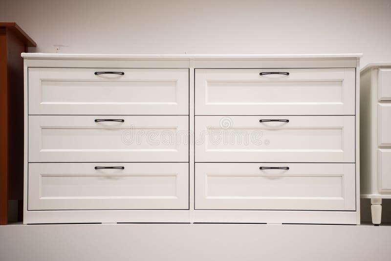 Raboteuse blanche en bois tiroirs de coffre modernes image libre de droits