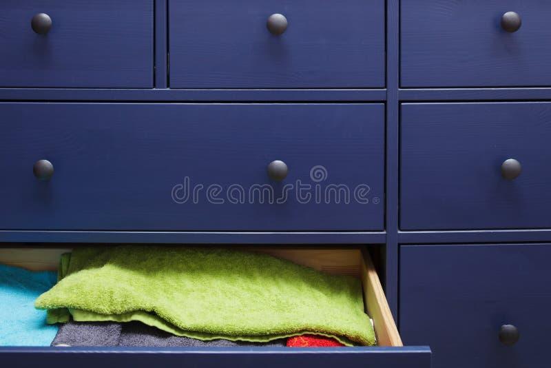 Raboteuse bleue avec des serviettes photographie stock libre de droits
