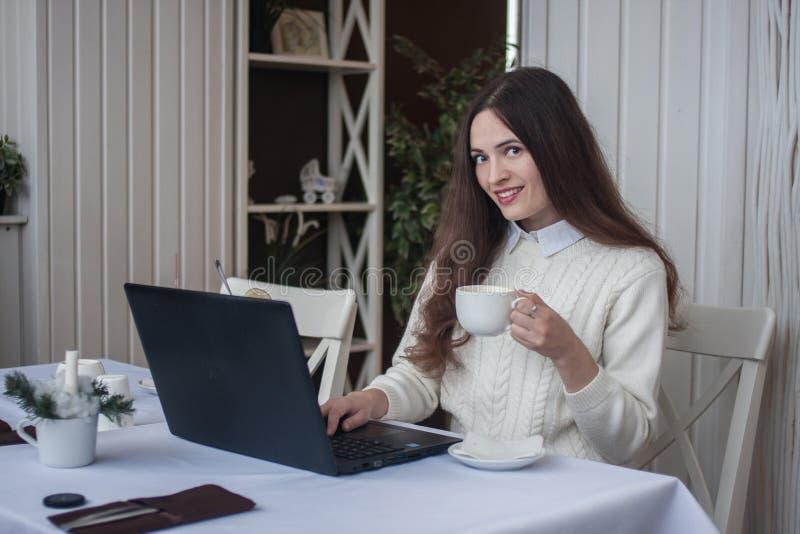 Rabta am Computer online abstand lizenzfreie stockfotografie