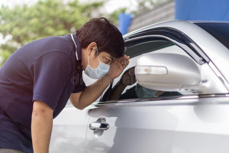 Rabuś i samochodowy złodziej w masce otwieramy drzwi samochód i porywamy samolot samochód fotografia stock