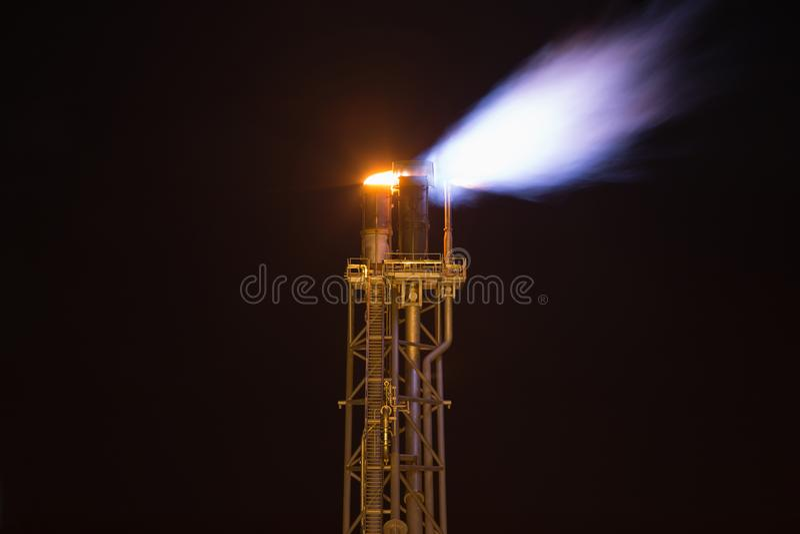 Raca sterty platforma podczas gdy palący gazuje od przetwarzać zapobiegać nad naciskiem i palić toksycznego gaz przy ropa i gaz p fotografia stock