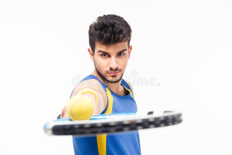 Racchetta di tennis bella della tenuta dell'uomo con la palla fotografie stock
