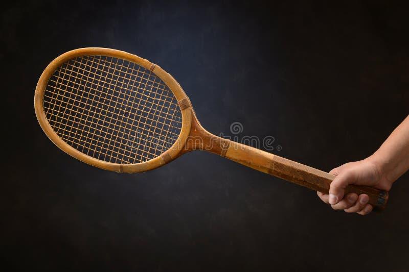 Racchetta di tennis dell'annata della tenuta della mano dell'uomo immagini stock