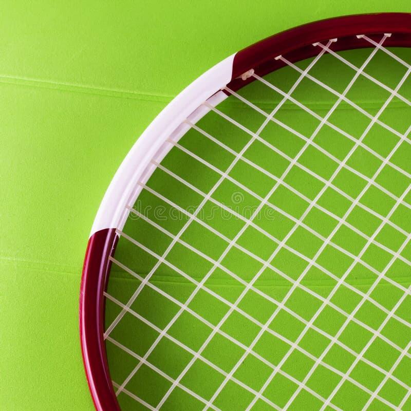 Download Racchetta Di Tennis Sopra La Superficie Del Sintetico Fotografia Stock - Immagine di prato, gioco: 56889356