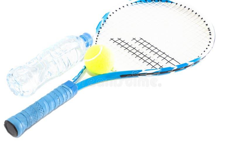 Racchetta di tennis su fondo bianco razzo, palla, bottiglia di acqua immagini stock
