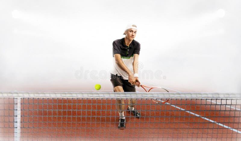 Racchetta e palla di tennis professionali della tenuta dell'uomo mentre preparandosi immagine stock