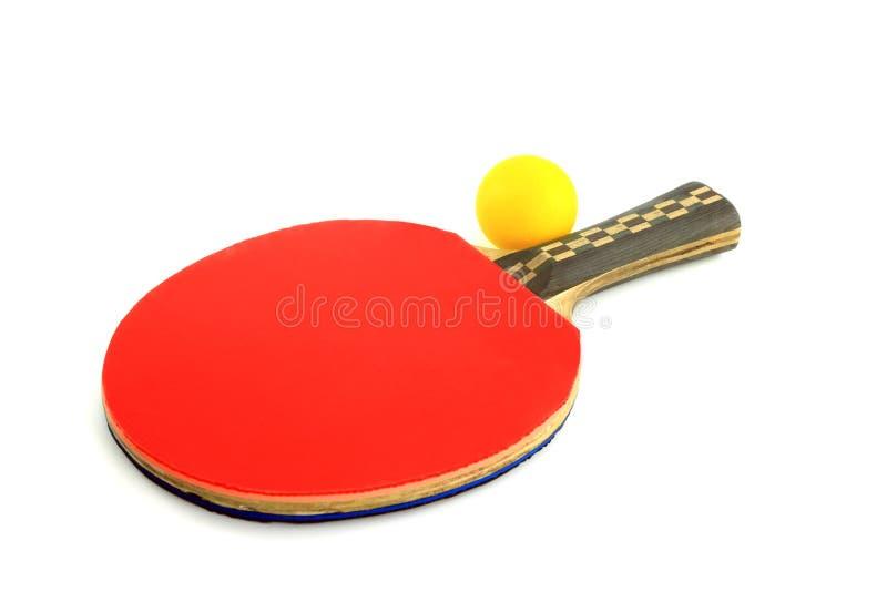 Racchetta e sfera di ping-pong su una priorità bassa bianca fotografie stock