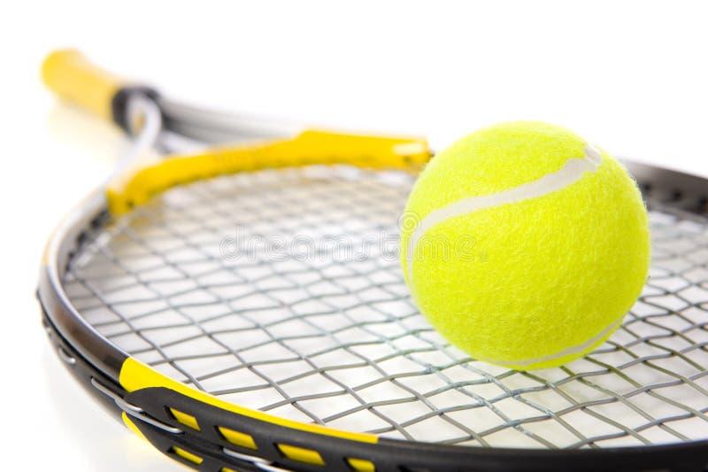 Racchetta e sfera di tennis su bianco immagini stock libere da diritti