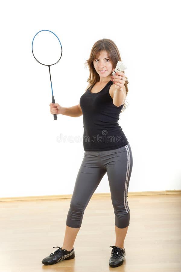 Racchetta e volano della tenuta della giovane donna che giocano volano fotografia stock