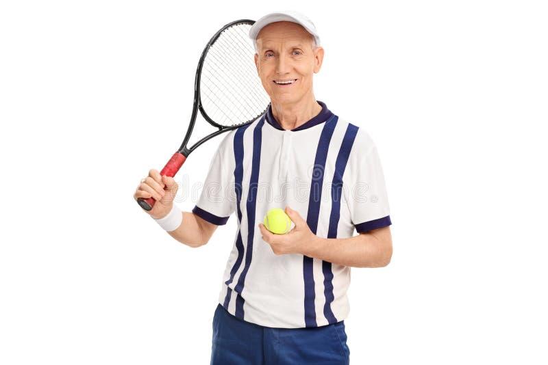 Racchetta senior della tenuta del tennis e una palla fotografia stock