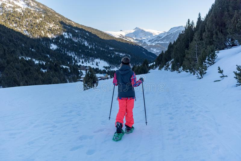 Racchette da neve di pratica della giovane donna sulla traccia di inverno fotografia stock libera da diritti